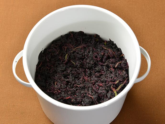 「<p>アク抜きした赤紫蘇に梅酢を加え、もみほぐします。</p> 」の補足画像