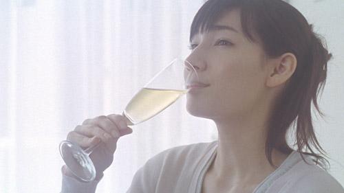 梅酒を飲んでいるマイコ
